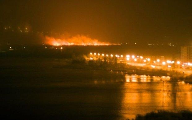 Пожар на столичных Осокорках: спасатели добираются пешком