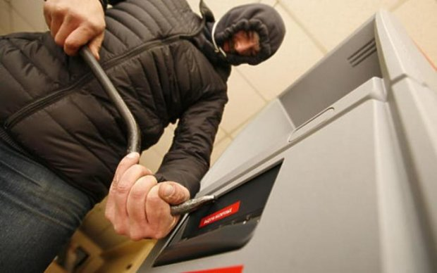 Киевский грабитель заставил банкомат фонтанировать деньгами