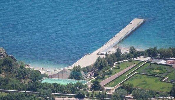 Величезний паркан та охорона ФСБ: як виглядає секретна дача Путіна в Криму