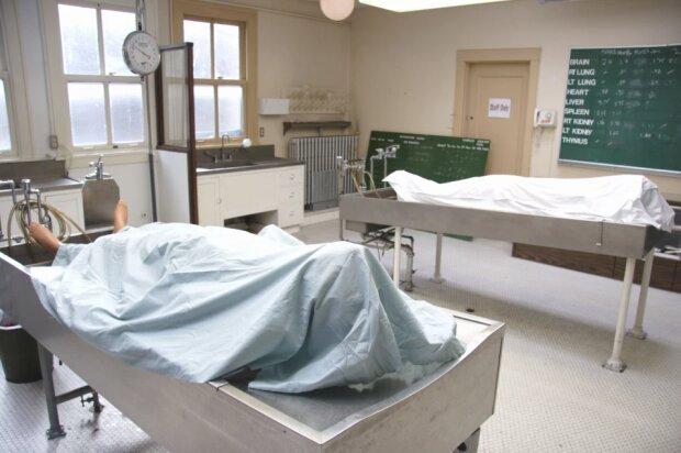 """Смертельно везучий: """"труп"""" ожил на столе у патологоанатома за секунду до вскрытия"""
