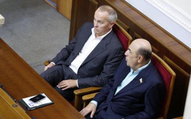 Позорный список: кто из депутатов не платит за коммуналку