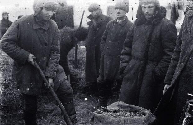 Пошук хліба в одному з українських сіл під час Голодомору