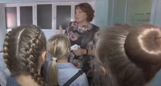 Учительница с учениками, скриншот: Youtube