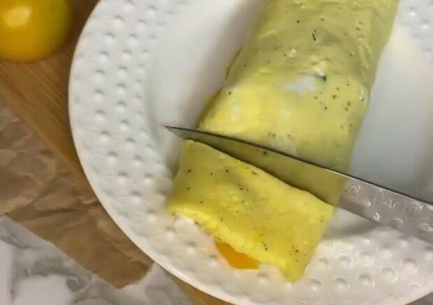 Нежный яичный ролл с творогом на завтрак: вкуснее обычного омлета