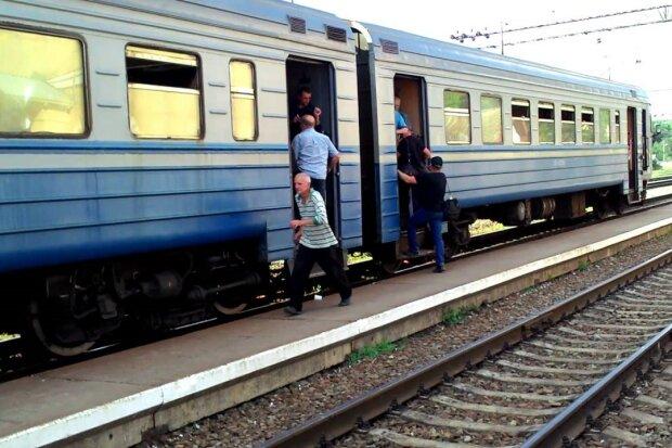 Тримайся, Укрзалізниця: під Вінницею рух поїздів зупинила банда з кусачками