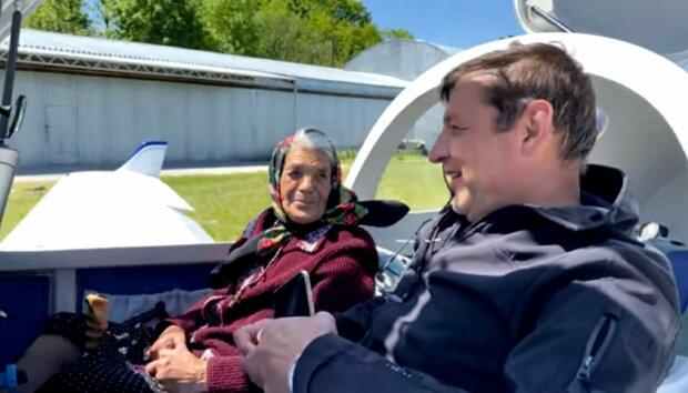 На Закарпатті 90-річна зірка Instagram пересіла з кабріолета в літак - тримай штурвал, бабцю