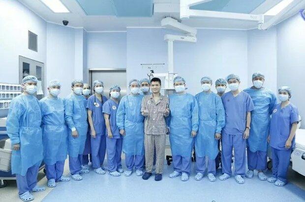 Хірурги вперше у світі пересадили людині руку від живого донора, фото: en.nhandan