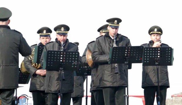 """""""Підіймаємо дух бійців гітарою і баяном"""" - художній керівник військового оркестру розповів про """"немузичні"""" будні на Донбасі"""