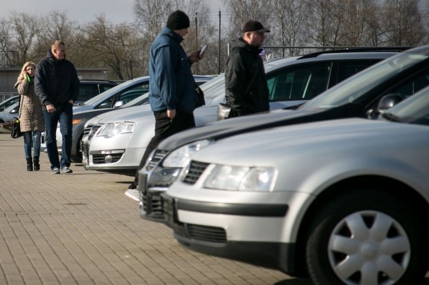 """Украинцы продают """"евробляхи"""" за копейки: выгоднее просто бросить"""