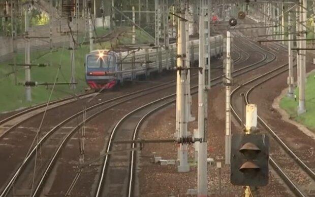 Копы вытащили с того света тернополянина, угодившего под поезд – весь в крови, но живой