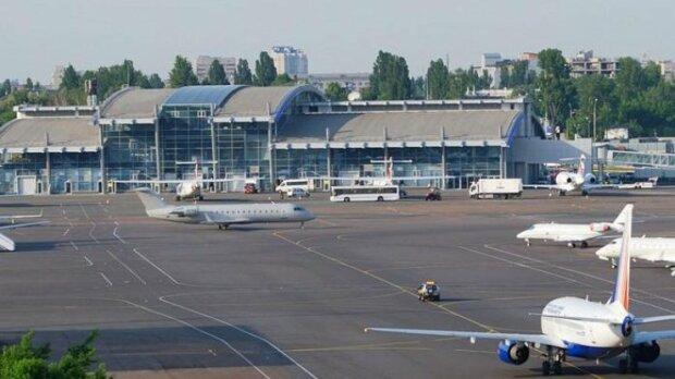 У київському аеропорту переполох, військові літаки сідають один за іншим: що відбувається