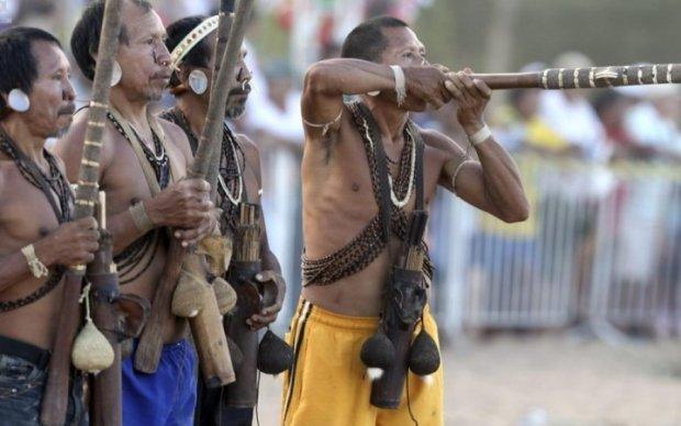 Бразильские индейцы открыли огонь из луков по полиции