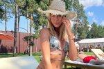 """Леся Нікітюк у коротенькій спідничці засвітила себе у всіх ракурсах на курорті: """"Супердоярка"""""""