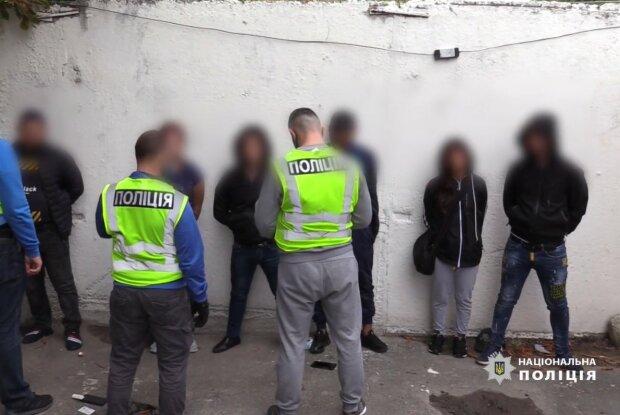 В Киеве задержали банду, обворовывали пассажиров на вокзале, скриншот