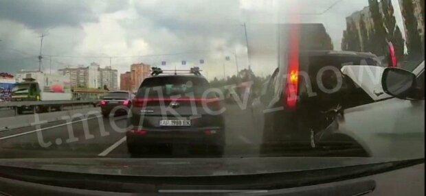 В Киеве полицейская едва не погибла, оформляя ДТП - роковой момент попал на видео