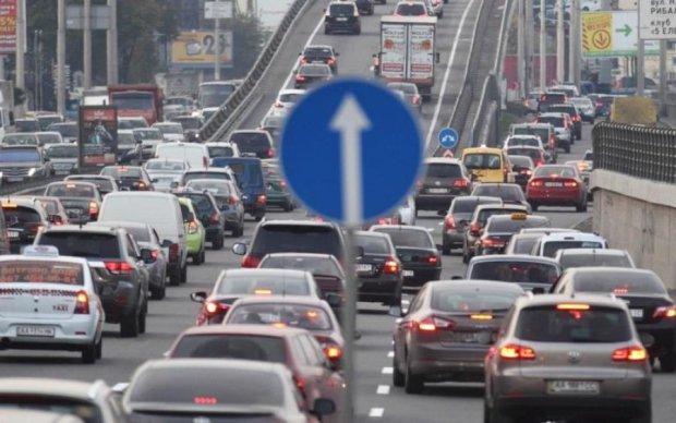 Столичним водіям підказали, коли об'їжджати Московський міст