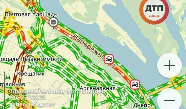 """Пробка на Набережном шоссе """"выгнала"""" водителей на тротуары"""