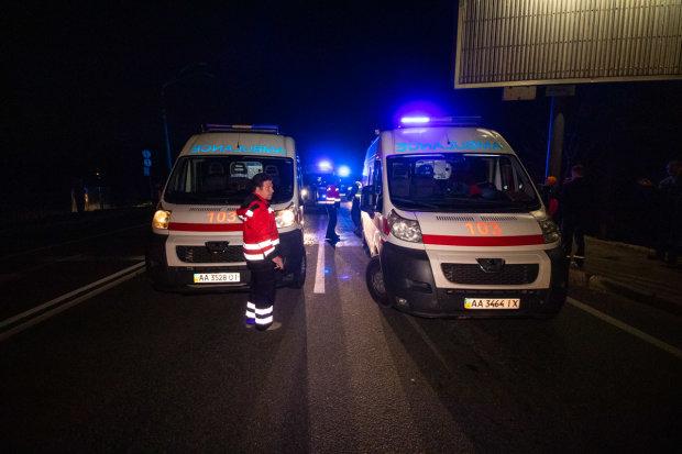 Вырезали из груды металлолома: под Киевом Mercedes влетел в отбойник, на спасение жизней остаются минуты