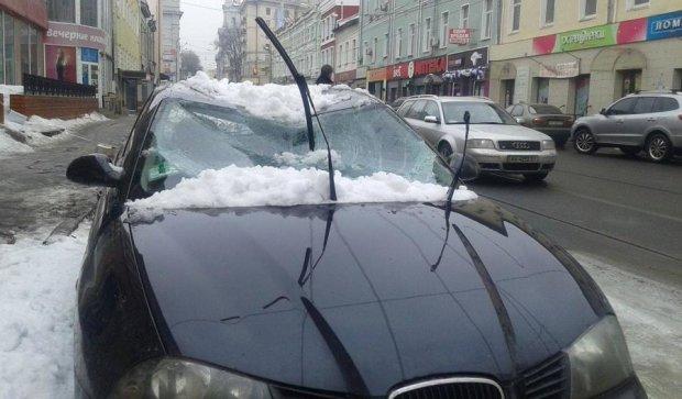 Снежная глыба разбила авто в Харькове: есть пострадавшие