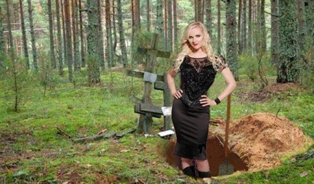 Жінка залізла в могилу за фотографією чоловіка