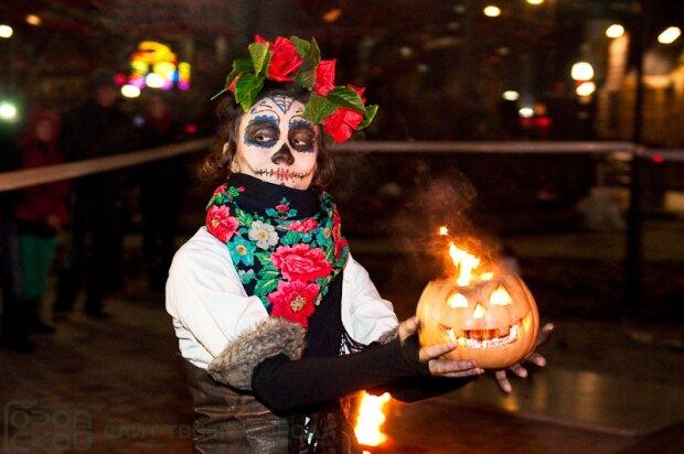 Вампіри, скелети й зомбі: вулицями Харкова розгулювала нечисть, - моторошні кадри потойбічного параду