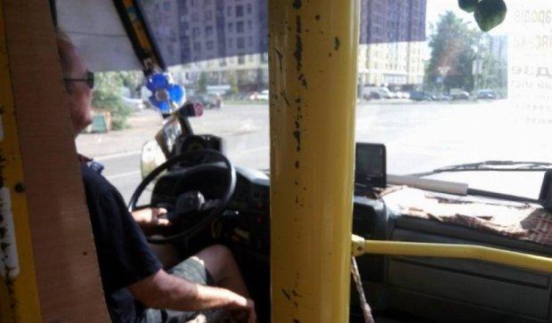 Водії столичних маршруток дивляться фільми за кермом (ФОТО)