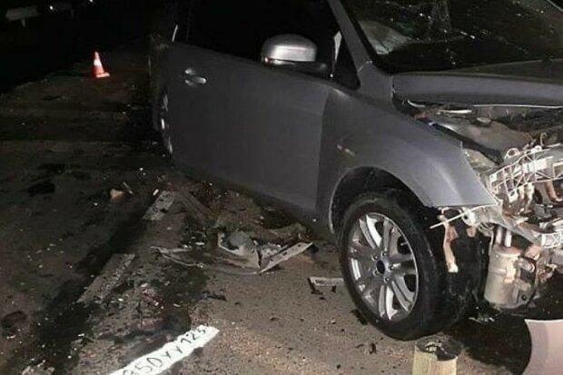 Через ожеледь у Києві авто в'їхало в людей: чоловік опинився на капоті