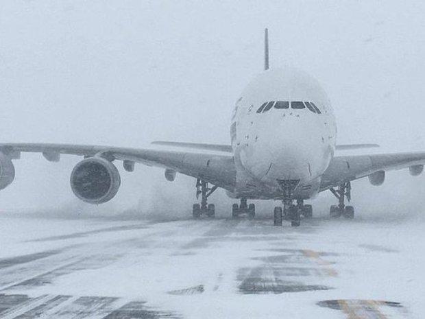 Відпустки скасовуються: снігові бурани паралізували аеропорти, літаки заблоковані, що робити