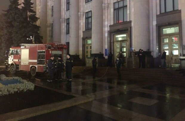 "У центрі Харкова палає будівля ОДА: ""Слуги диявола"""