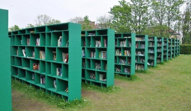 У київському парку відкрили бібліотеку просто неба