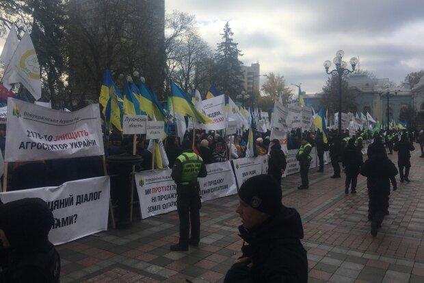 """Розлючені українці оточили Раду, справа в землі: """"Остання мирна акція"""""""