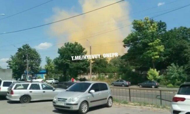 """Из завода в Днепре валит жёлтый дым, люди в панике: """"Радиация?"""""""