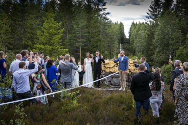 Наречені з різних країн влаштували транскордонне весілля між Швецією і Норвегією - закриті кордони - не перешкода коханню