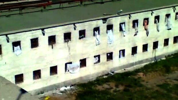Скриншот с видео, тюрьма