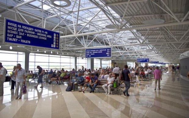 Шокирующее видео: как в аэропорту потрошат ваш багаж
