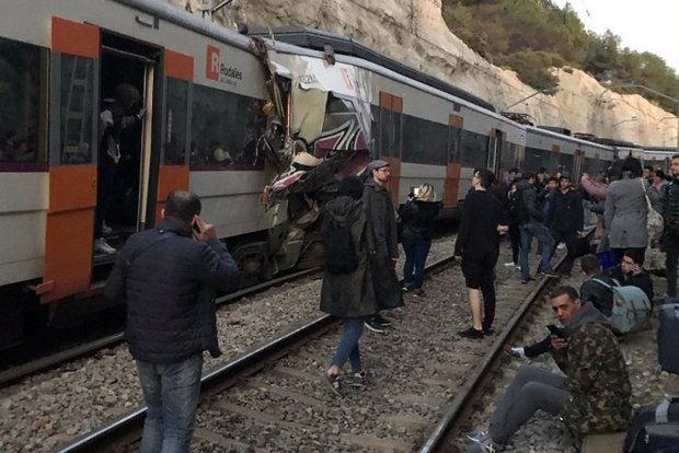 Два потяги врізалися лоб в лоб на шаленій швидкості: рятувальники не встигають витягати жертв
