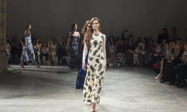 Брюки и рубашка: королеву засекли в наряде от украинского бренда, модницы кусают локти от зависти