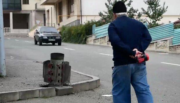 """""""Смерч"""" посреди будней Нагорного Карабаха: старик решил осмотреть снаряд"""