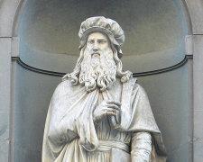 Статуя Леонардо да Вінчі в італійському місті Флоренції