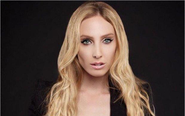 Проглотила близнеца: известная певица раскрыла миру удивительную тайну своего тела