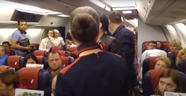 На борту самолета, скриншот: Youtube