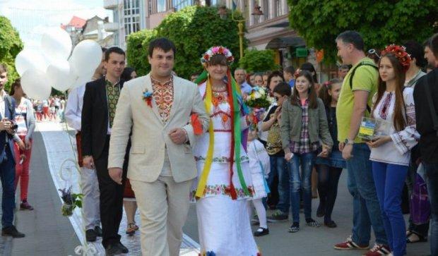 Мер Івано-Франківська погуляв на вуличному весіллі (фото)
