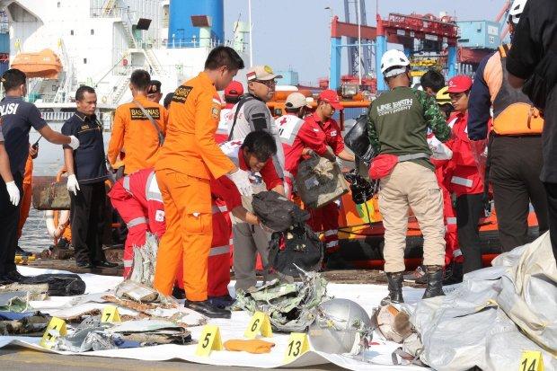 Авиакатастрофа в Индонезии: спасатели нашли первые тела