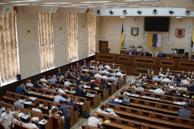 """Труна на порозі і масовий мордобій: одеські депутати """"відкрили сесію"""" кулаками, відео огидного скандалу"""