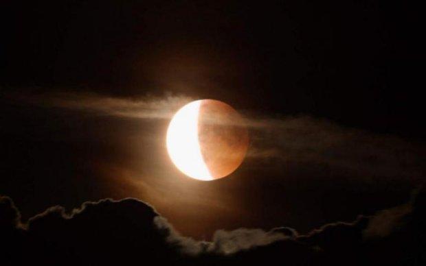 Сьогодні місячне затемнення: о котрій дивитися в Україні