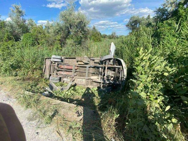 Под Днепром на скорости микроавтобус вылетел в кювет - пострадавших вывозили пачками, водитель в бегах
