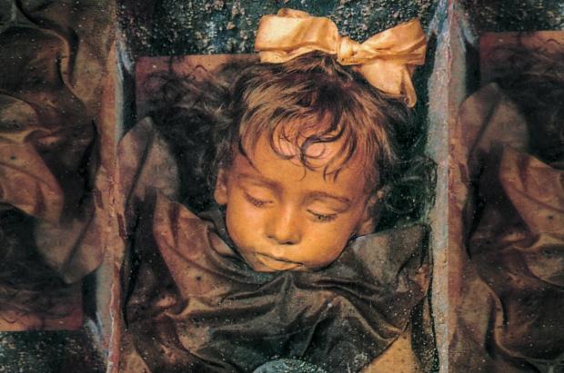 """Тайна """"спящей красавицы"""": ученые объяснили притягательность взгляда девочки-мумии"""
