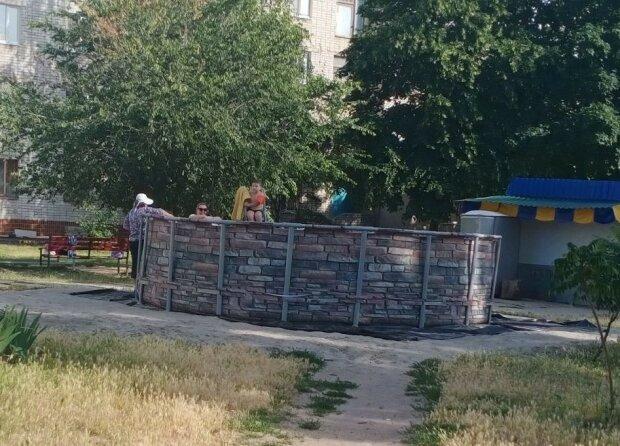 """Харьковчанин """"замутил"""" бассейный бизнес во дворе за деньги жильцов - дерет по 200 грн с детей"""