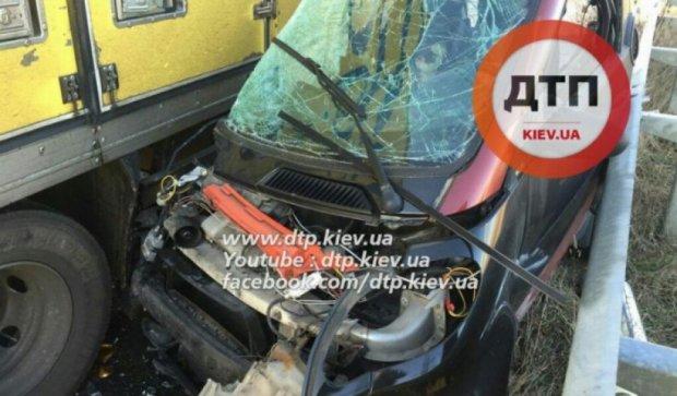 Вантажівка розчавила Smart під Києвом (фото)