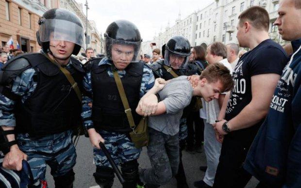 Москвичи пришли к стенам Кремля: начались аресты